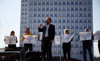 "ФОТО: Партия ""Богатство жизни"" перед суперминистерством ""открыла мемориал жертвам бюрократии"""