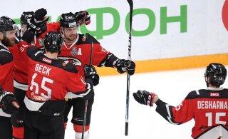 ВИДЕО: Невероятно! Хоккеист КХЛ забросил две шайбы из своей зоны