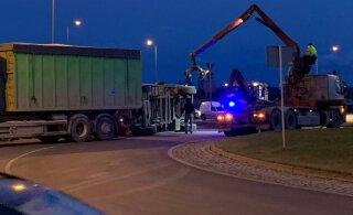 ФОТО | На Тартуской окружной дороге на легковушку опрокинулась фура
