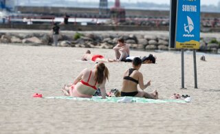 ФОТО | Теплая майская погода и солнце поманили людей на пляж Пирита. Кто-то уже загорает!