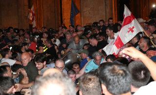 Оппозиция Грузии начала штурм парламента страны. В Тбилиси проходит многотысячная акция протеста