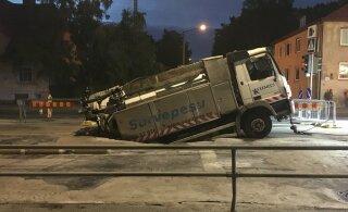 ГЛАВНОЕ ЗА ДЕНЬ: Провалившийся под асфальт грузовик в центре Таллинна и столкновение истребителей в Германии