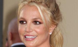 KUUMAD KAADRID | Britney Spears heitis riided seljast: kuuma rannabeibe ainsaks aksessuaariks oli kauboimüts!