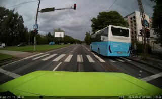 ВИДЕО | В Таллинне автобус промчался через пешеходный переход на красный свет и чуть не сбил велосипедиста