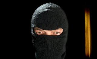 В Пярну двое мужчин в масках напали на водителя, который привез в магазин товар