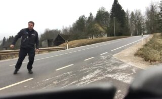 ВИДЕО: Осторожно! В ближайшие дни дороги будут очень скользким. Полицейский показал, насколько это опасно
