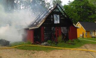 ФОТО: В Вильяндимаа молния подожгла надворные постройки, они были уничтожены огнем