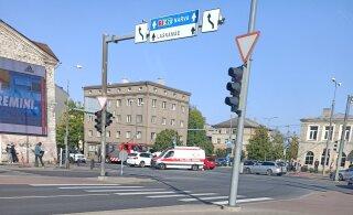 ФОТО | Близ таллиннского автовокзала столкнулись BMW и Volvo. Одного из водителей доставили в больницу