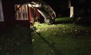 ФОТО | Автомобиль съехал с дороги, перевернулся и уперся в крышу дома