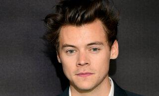 FOTOD | Värvilised küüned ei peagi kuuluma vaid naistele? Harry Styles näitab, kuidas need ka mehi kaunistada võivad