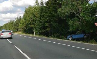 ВИДЕО | На трассе Таллинн-Рапла столкнулись две машины, одна перевернулась на крышу, другая врезалась в дерево