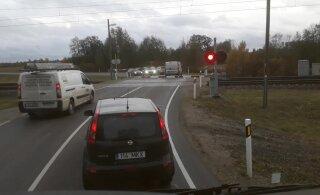 ВИДЕО: Поезд приближается, а водители просто объезжают шлагбаум — им все равно!