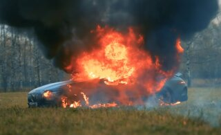 ВИДЕО | Бессмысленный и беспощадный: блогер сжег автомобиль за 150 тысяч евро