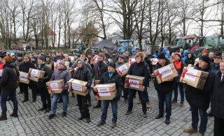 ФОТО и ВИДЕО | На Тоомпеа состоялся пикет недовольных фермеров. Они подарили депутатам игрушечные тракторы