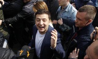 Ukraina presidendiks saab lävepakuküsitluste kohaselt ülekaaluka võiduga koomik Zelenskõi