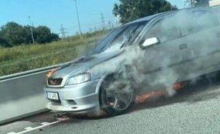 ФОТО и ВИДЕО | На Петербури теэ на ходу вспыхнул автомобиль