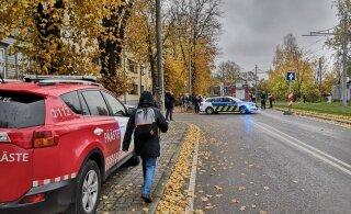 FOTOD | Põhja-Tallinnas põles mahajäetud hoone, mille tõttu seiskus ajutiselt trammiliiklus