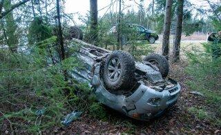 ФОТО | На Сааремаа внедорожник перевернулся на крышу. Пьяный водитель сел за руль другого автомобиля и поехал дальше