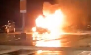 ВИДЕО │ В Ласнамяэ ночью открытым пламенем полыхал автомобиль