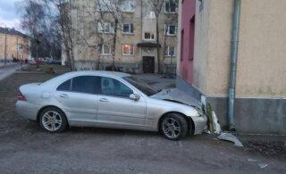 ФОТО | Пьяный водитель врезался в стену многоквартирного дома в Таллинне