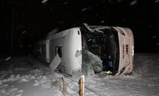 ФОТО | В Ляэне-Вирумаа рейсовый автобус съехал в кювет, пострадали четыре человека