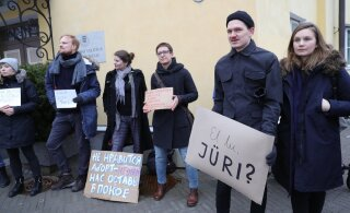 FOTOD   Korduv meeleavaldus Stenbocki maja ees: täna oli kohal rohkem rahvast, jagati Eesti lipukesi