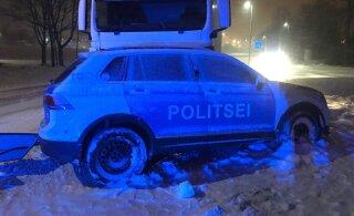 ФОТО: В Палдиски грузовик врезался в полицейский автомобиль