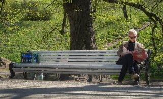 """ЭКСПЕРИМЕНТ: Журналисты """"забыли"""" в таллиннском парке ящик пива. Что было потом?"""