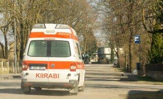 На Сааремаа автомобиль насмерть сбил пожилую женщину, которая только что из него вышла