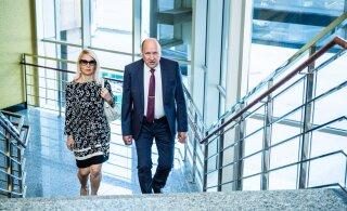 NUNNU KLÕPS | Ikkagi inimesed! Mart ja Helle-Moonika Helme õrn suudlus tegi riigikogu kordades armsamaks