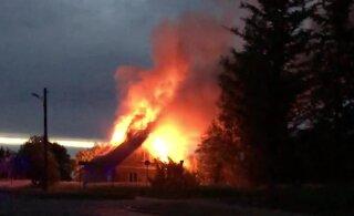 ВИДЕО | Ночью в Пылтсамаа открытым пламенем полыхал жилой дом