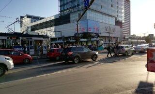 FOTO | Tallinna kesklinnas põrkasid kokku buss ja sõiduauto, trammiliiklus oli häiritud