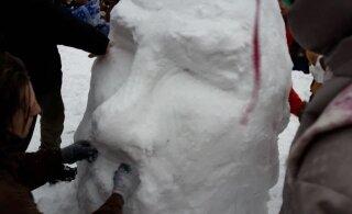 ФОТОНОВОСТЬ: Протестующие в центре Москвы слепили снеговика. Он на кого-то похож