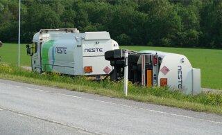 ФОТО | Близ Раквере в результате аварии перевернулась цистерна с топливом