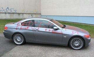 ФОТО читателя Delfi: В Ыйсмяэ разрисовали автомобиль BMW, припаркованный у дома посреди тротуара