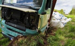 ФОТО | Не выдержала покрышка: тонны удобрений оказались в кювете