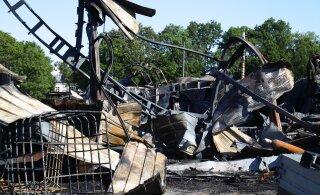 ФОТО | Лодки, бочки с химикатами, газовые баллоны: пожар в ангаре в Сауэ нанес много вреда