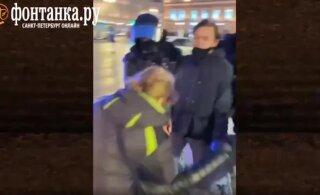 ВИДЕО | В Петербурге ОМОНовец ударил женщину ногой в живот