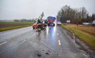 ФОТО | В Вильяндимаа столкнулись три легковушки, пострадали двое