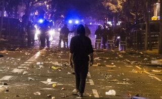 """""""Домой не улететь"""": туристы рассказывают в соцсетях о беспорядках в Барселоне"""