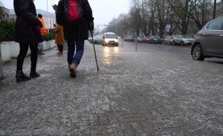 ВИДЕО: Ура, бесплатный каток? Утро для пешеходов из-за черного льда выдалось очень тяжелым