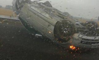 ВИДЕО | На шоссе Таллинн - Нарва перевернулся автомобиль