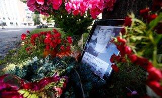 ФОТО: Неизвестные принесли на площадь Вабадузе цветы в память о напавшем на полицейских мужчине