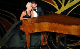 ВИДЕО | Шмяк! Леди Гага, изображая страсть с поклонником, грохнулась со сцены