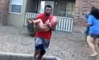 VIDEO | Endine Ameerika jalgpallur püüdis kinni põlevast korterist alla visatud lapse