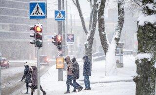 Ettevaatust liikluses! Hilisõhtul algav lume- ja lörtsisadu muudab teed libedaks