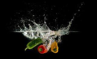 Как закупаться продуктами в пандемию и стоит ли их дезинфицировать: советы микробиолога