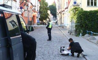 ФОТО С МЕСТА ПРОИСШЕСТВИЯ | У посольства Литвы ударили ножом 26-летнего мужчину. Подозреваемые задержаны