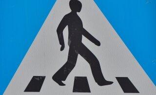 Переходившая дорогу по пешеходному переходу женщина оказалась под колесами автомобиля