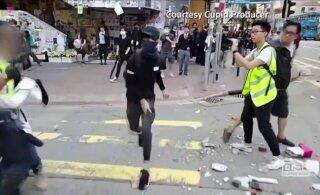 ВИДЕО: В Гонконге полицейский выстрелил в участника антиправительственных протестов